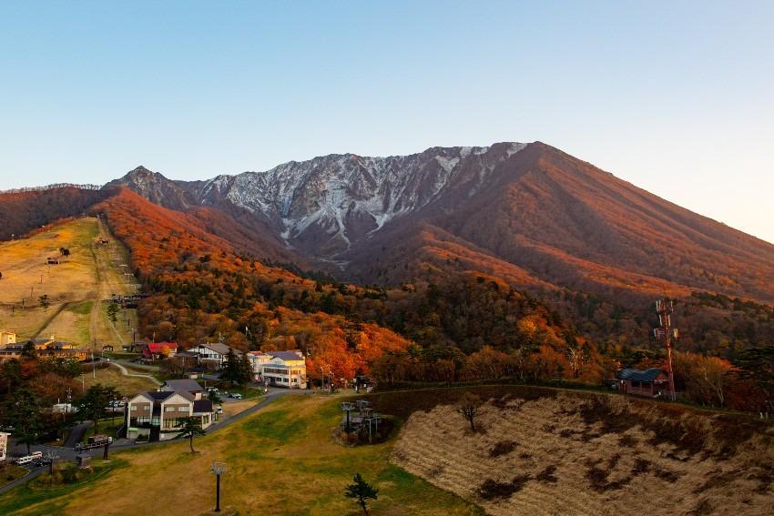 紅葉色づく大山