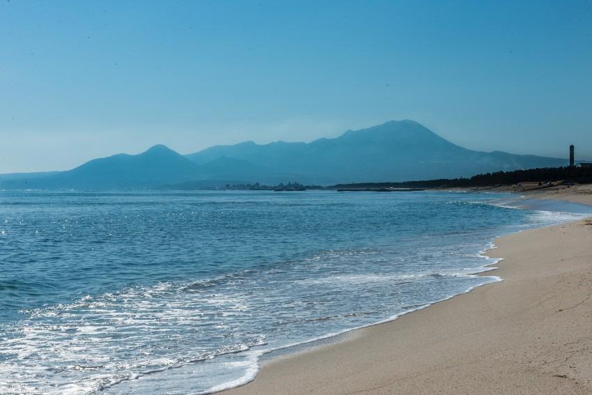 海岸から望む大山