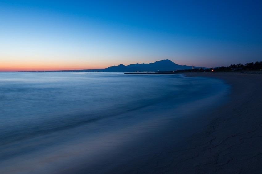 夜明けの海岸沿い