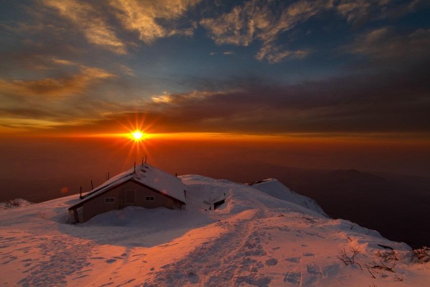 山小屋と沈みゆく夕陽